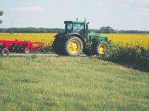 Tractor con la grada imagen de archivo libre de regalías
