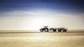 Tractor con los niños en la playa Imagenes de archivo