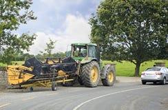 Tractor con un dispositivo para cosechar Fotos de archivo