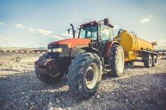 Tractor con un tanque de agua para el transporte de líquidos fotos de archivo libres de regalías