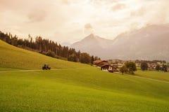 Tractor in de bergen van Zuid-Tirol op de zonsondergang Stock Afbeeldingen