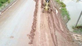 Tractor de camino, rodillo en el sitio de la reparación del camino Equipo de la construcción de carreteras almacen de metraje de vídeo