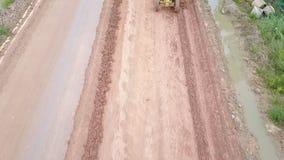 Tractor de camino, rodillo en el sitio de la reparación del camino Equipo de la construcción de carreteras almacen de video