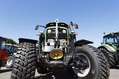 Tractor de cultivo en primers Fotografía de archivo