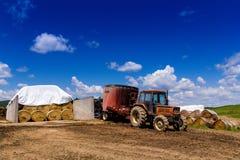 Tractor de cultivo en tierra Imagenes de archivo
