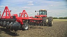 Tractor de cultivo que ara el campo Maquinaria de cultivo Funcionamiento de la maquinaria agrícola almacen de metraje de vídeo