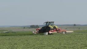 Tractor de cultivo que se mueve en el campo agrícola para cosechar la tierra Maquinaria agrícola en la cosecha del campo metrajes