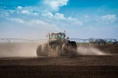 Tractor in de gebiedszeug stock afbeelding