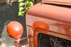 Tractor de granja anaranjado en la granja de la huésped en príncipe Albert Fotos de archivo libres de regalías