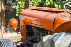 Tractor de granja anaranjado en la granja de la huésped en príncipe Albert Imagen de archivo