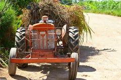 Tractor de granja cargado Imagen de archivo libre de regalías
