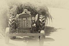 Tractor de granja cargado retro Fotografía de archivo libre de regalías
