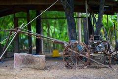 Tractor de granja oxidado para el suelo de la paleta antes del arroz del crecimiento fotografía de archivo