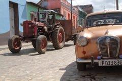 Tractor de granja viejo en una calle de Trinidad Foto de archivo libre de regalías