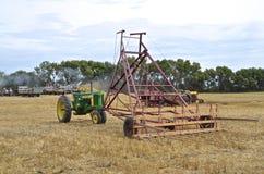 Tractor de John Deere y bucker antiguos del grano Fotos de archivo