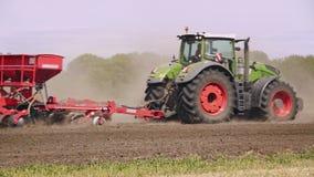Tractor de la agricultura en campo Maquinaria de cultivo que trabaja en campo arado almacen de video