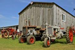 Tractor de la ciudad gemela, de Farmall y del caso en la exhibición Foto de archivo libre de regalías