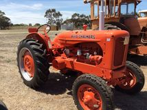 Tractor de la naranja de Allis Chalmers Imágenes de archivo libres de regalías