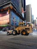 Tractor de la retirada de la nieve en Times Square en nieve en invierno imagen de archivo libre de regalías