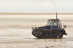 Tractor de lanzamiento seguido del bote salvavidas, Lytham Imagen de archivo