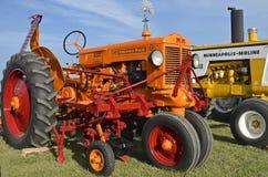 Tractor de Minneapolis MolineZ y cultivador restaurados del campo Fotografía de archivo
