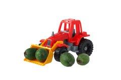 Tractor del juguete con la fruta en el cubo Fotografía de archivo