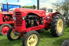 Tractor 1948 del paladio de Massey Harris 744 del vintage Imagenes de archivo