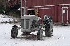 Tractor del vintage en granja Fotografía de archivo libre de regalías