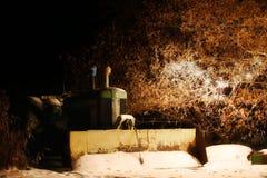 Tractor del vintage iluminado por las luces de la Navidad al aire libre Imagenes de archivo