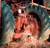 Tractor del vintage que se sienta en un granero Imagen de archivo