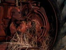 Tractor del vintage que se sienta en un granero Fotos de archivo libres de regalías