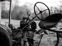 Tractor del vintage que se sienta en un granero Fotos de archivo