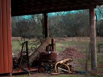 Tractor del vintage que se sienta en un granero Foto de archivo