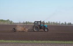 Tractor die de grond ploegen Stock Fotografie