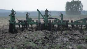 Tractor die de landploeg ploegen Close-up stock videobeelden