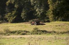 Tractor die de weide maait Royalty-vrije Stock Afbeelding