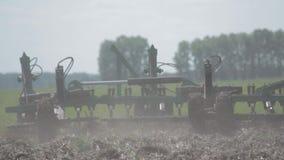 Tractor die een close-up van de gebiedsploeg ploegen grond, gras, de lente het zaaien stock footage