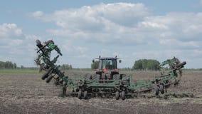 Tractor die een zaadsysteem op het gebied voorbereiden stock footage