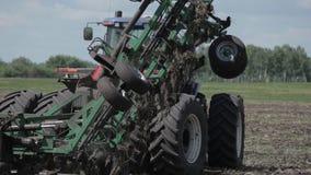 Tractor die een zaadsysteem op het gebied voorbereiden stock video