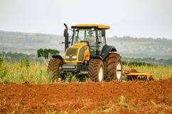 Tractor die en de grond ploegen voorbereiden Royalty-vrije Stock Fotografie