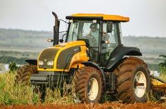 Tractor die en de grond ploegen voorbereiden Stock Afbeelding