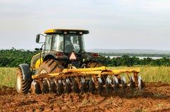 Tractor die en de grond ploegen voorbereiden Royalty-vrije Stock Afbeeldingen