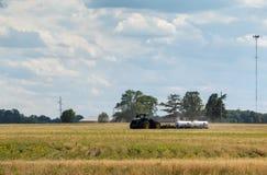 Tractor die en landbouwbedrijfgebieden in Illinois voor recent gewas cultiveren behandelen die seizoen planten stock afbeeldingen
