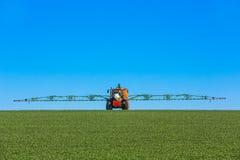 Tractor die het gebied bespuiten Royalty-vrije Stock Foto's