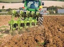 Tractor die het gebied ploegt stock fotografie