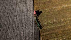 Tractor die het gebied ploegt Het lucht schieten Ploegende gebieden royalty-vrije stock foto's