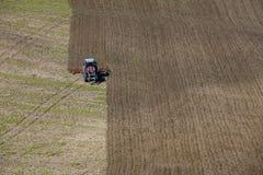 Tractor die het gebied werken Stock Foto