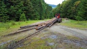 Tractor die het hout vervoeren royalty-vrije stock afbeelding