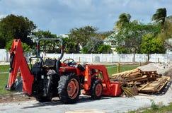 Tractor die het Puin van de Bouw opstapelt stock afbeelding