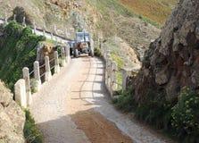 Tractor die La Coupee op Sark kruist Royalty-vrije Stock Fotografie